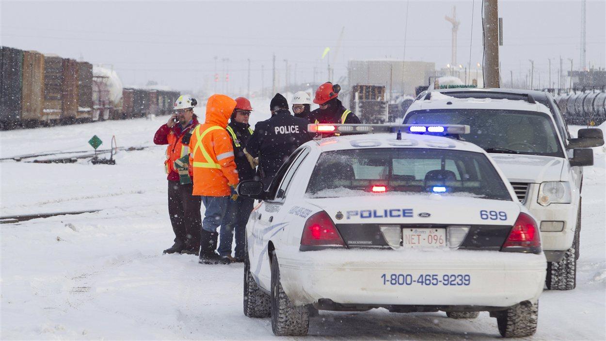 Des enquêteurs et employés du CN sur le lieu de l'accident à Edmonton