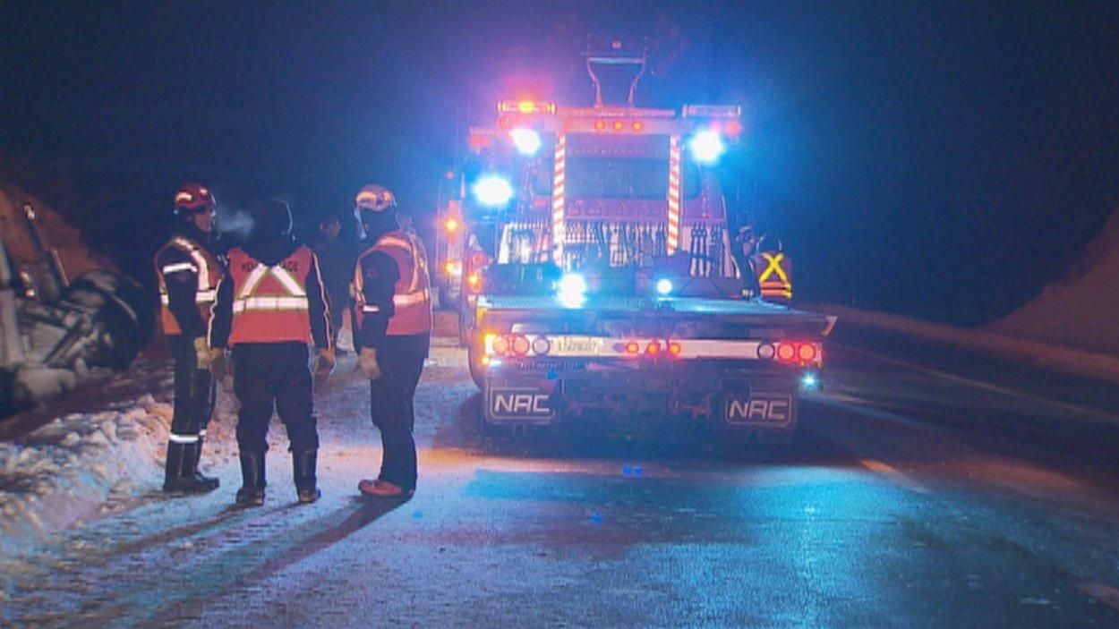 L'autoroute 20 à la hauteur de Saint-Roch-des-Aulnaies est fermée à la circulation depuis vendredi soir.
