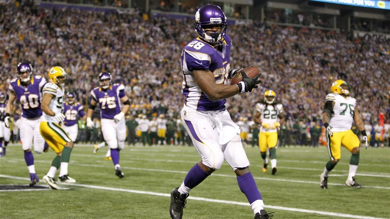 Le demi des Vikings du Minnesota Adrian Peterson a franchi la barre des 2000 verges de gains.