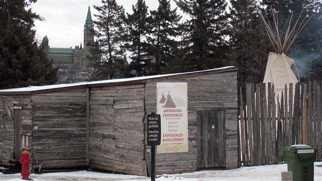 Le campement de la chef autochtone Theresa Spence, sur une île de la rivière des Outaouais. En arrière-plan: le Parlement canadien