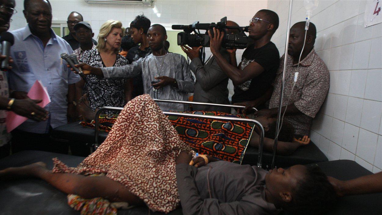 Le président ivoirien Alassane Ouattara rend visite à des blesés à l'hôpital.