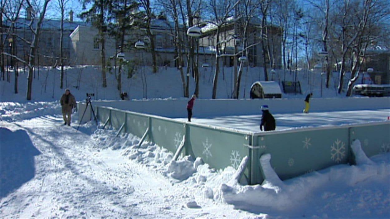 La patinoire de rideau hall accueille ses premiers for Patinoir exterieur montreal