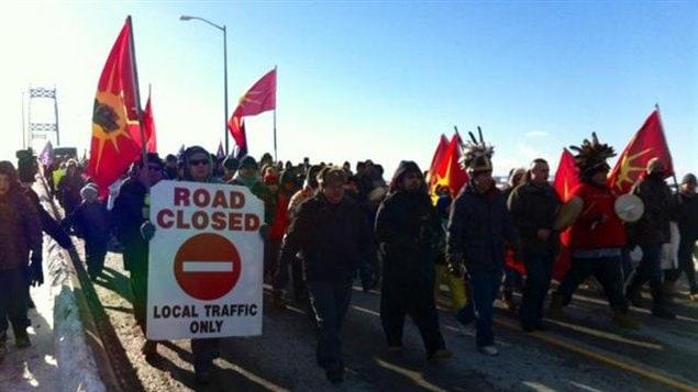 Des centaines de manifestants autochtones bloquent la frontière canado-américaine à Cornwall en Ontario.
