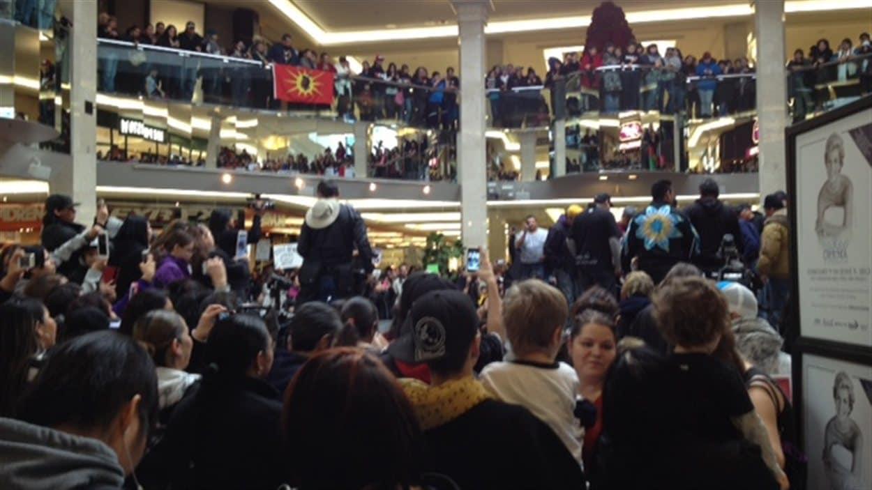 Des manifestants dans le West Edmonton Mall