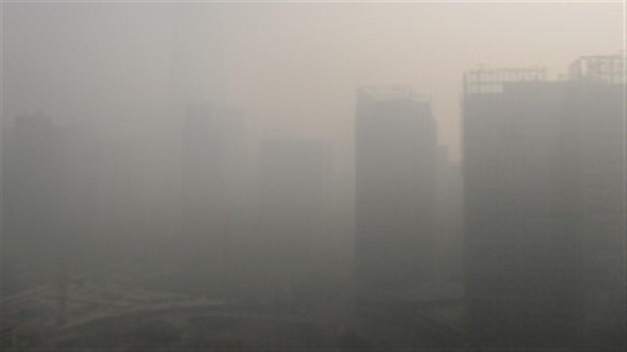 Le China World Trade Center, à Pékin, lors d'une journée de smog