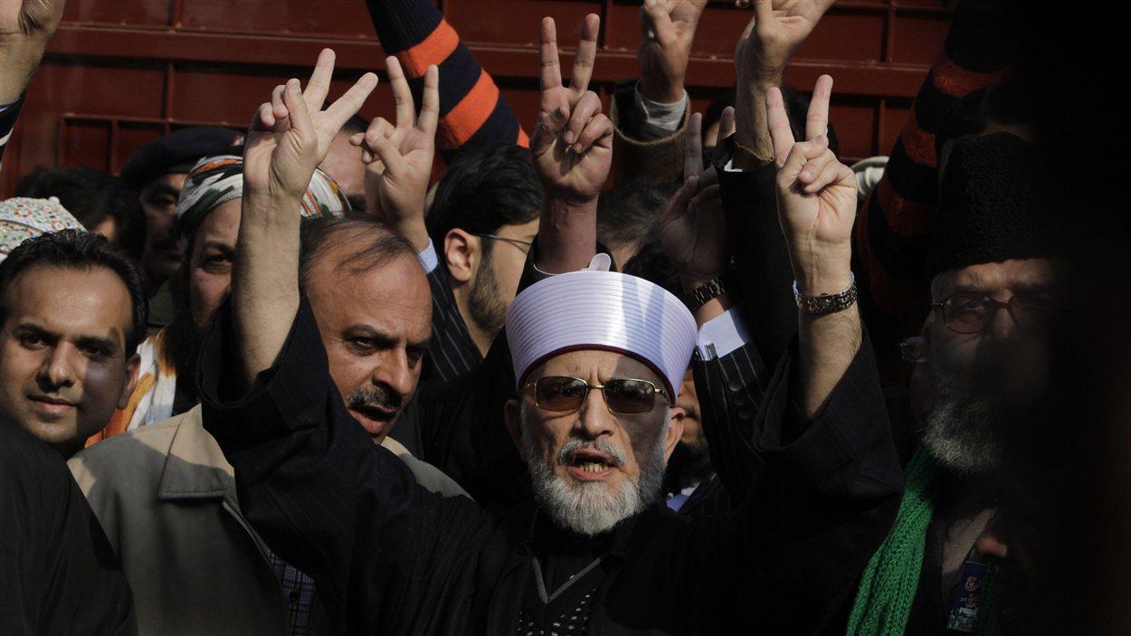 Tahir-ul-Qadri au sein de ses partisans, dimanche.