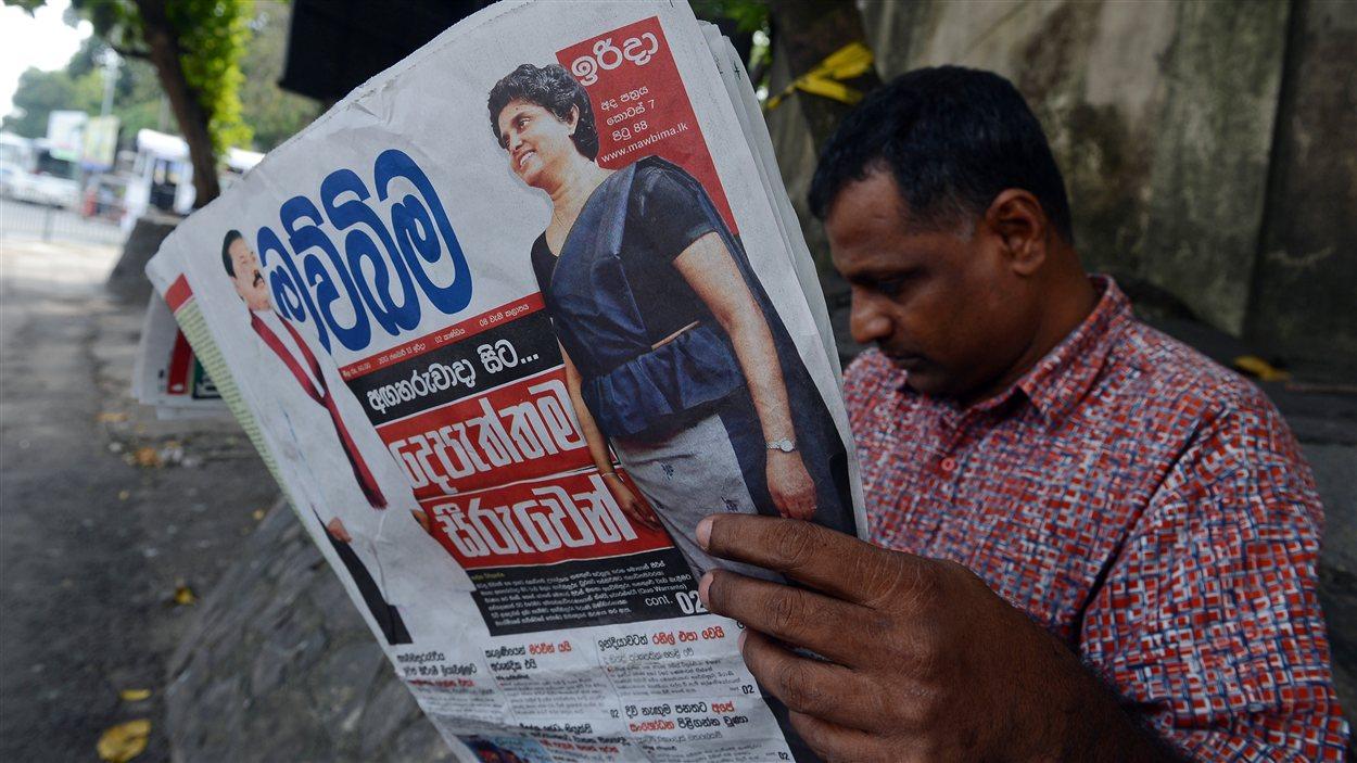 Un Sri-Lankais consulte un journal local dont la une fait état de la destitution de la présidente de la Cour suprême, Shirani Bandaranayake.