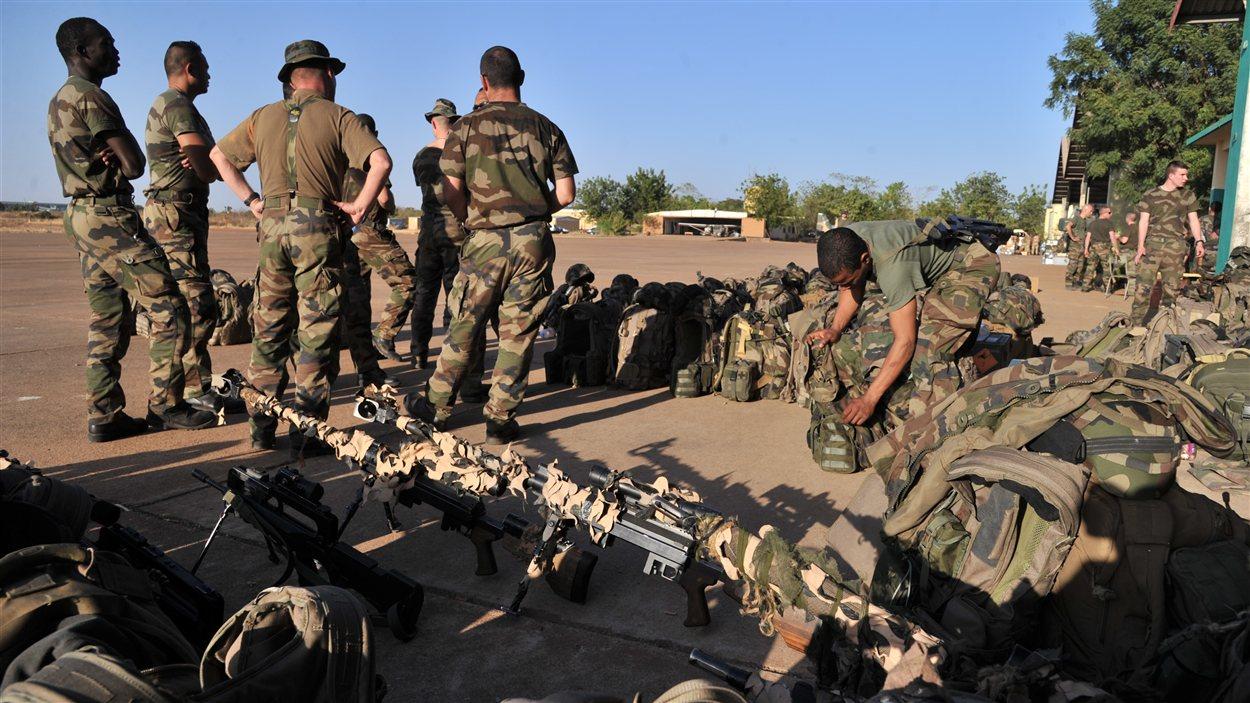 Des soldats français se préparent avant leur déploiement vers Bamako, au Mali, le 14 janvier 2013.