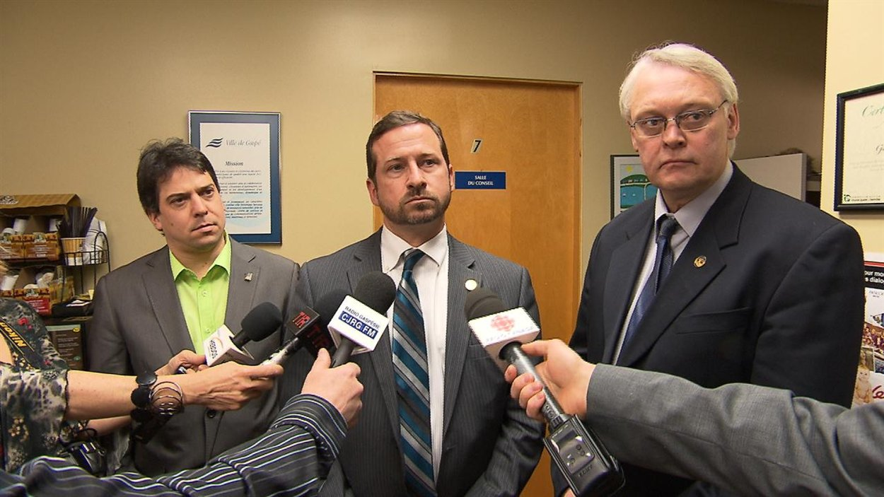 Le ministre de l'Environnement Yves Blanchet, le ministre des Régions, Gaétant Lelievre et le maire de Gaspé à la sortie de la rencontre sur la réglementation de Gaspé contre les forages et la protection de l'eau potable.