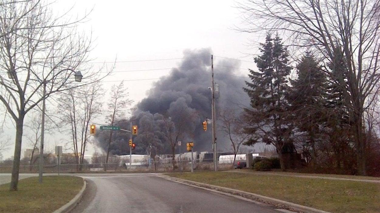 Les résidents du voisinage doivent bien fermer leurs fenêtres jusqu'à ce que la fumée se dissispe.