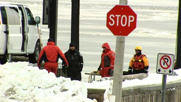 La mauvaise visibilité au fond de l'eau, le froid intense et le fort courant de la rivière compliquent le travail des six plongeurs.