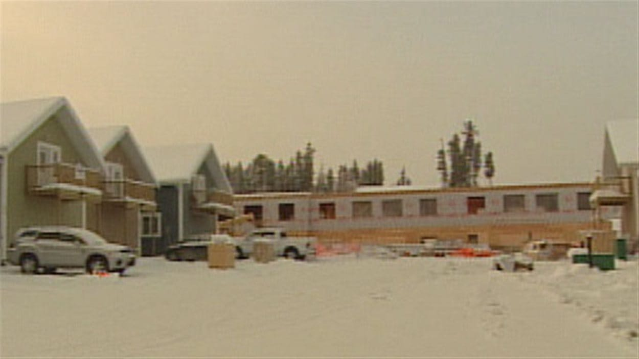 Immeuble en construction dans le quartier de Falcon Ridge à Whitehorse.