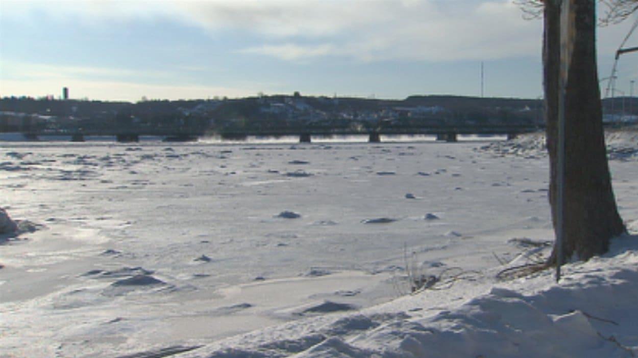 Vue du pont Sainte-Anne sur le Saguenay, l'hiver