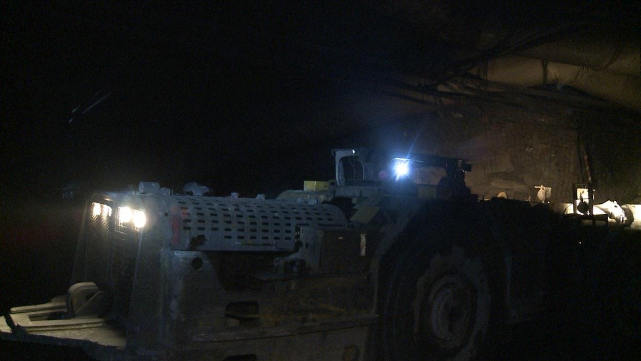 Un camion minier sous terre