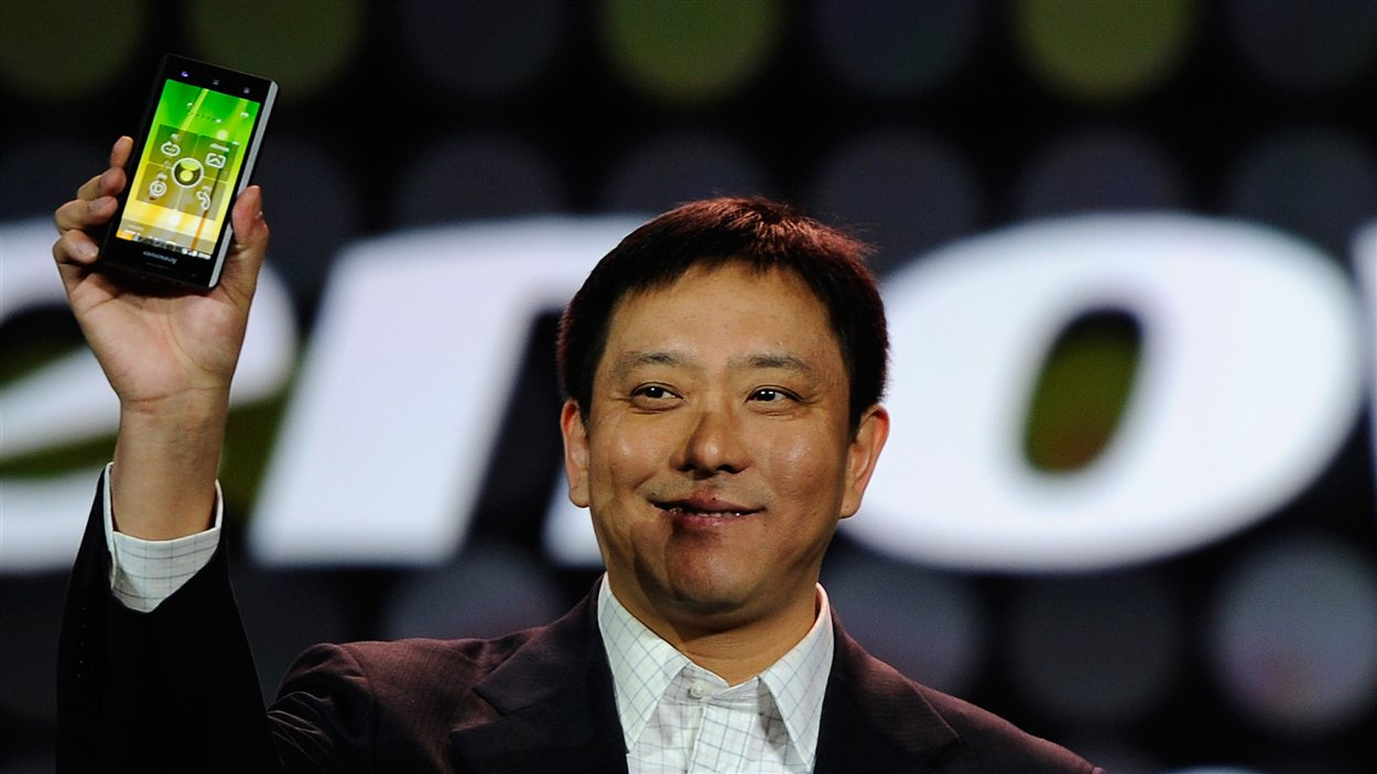 Le premier vice-président de Lenovo, Liu Jun, montre le nouveau téléphone intelligent fabriqué par sa compagnie au International Consumer Electronic Show, à Las Vegas, en 2012.