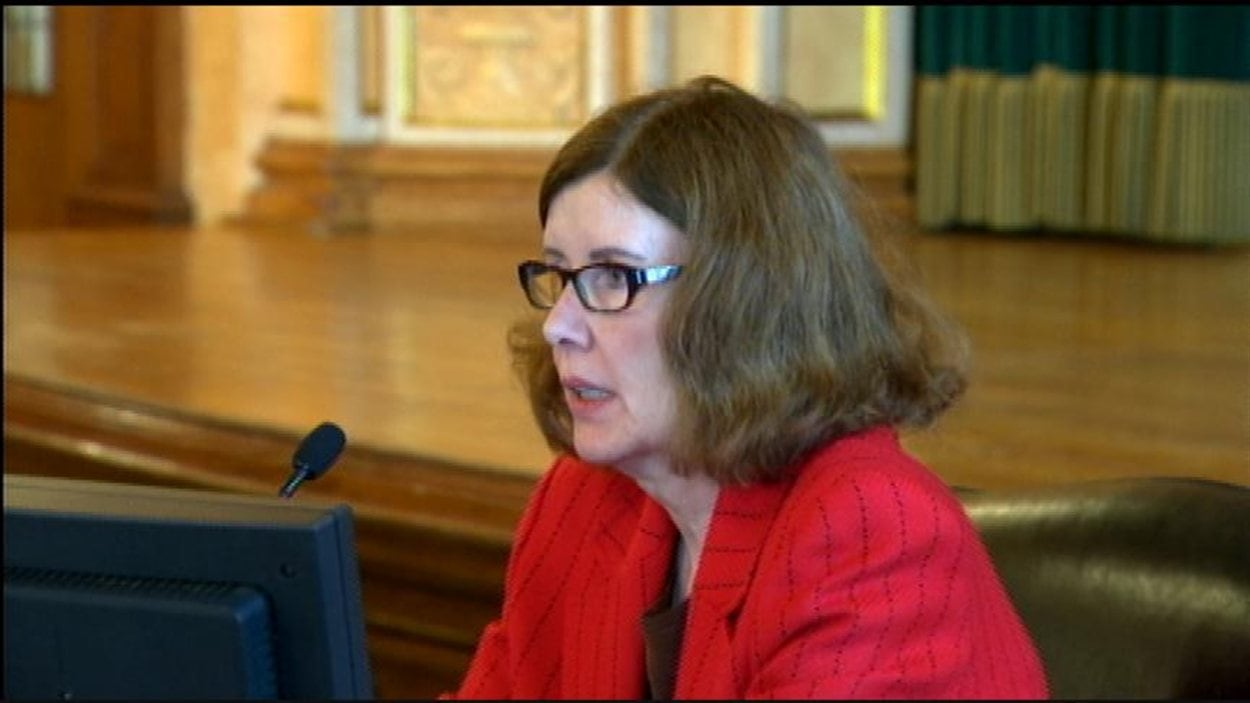 L'ex-directrice générale des Services à l'enfant et à la famille du Manitoba, Linda Trigg, témoigne à l'enquête publique sur la mort de Phoenix Sinclair, le 28 janvier 2013 à l'hôtel Fort Garry à Winnipeg.