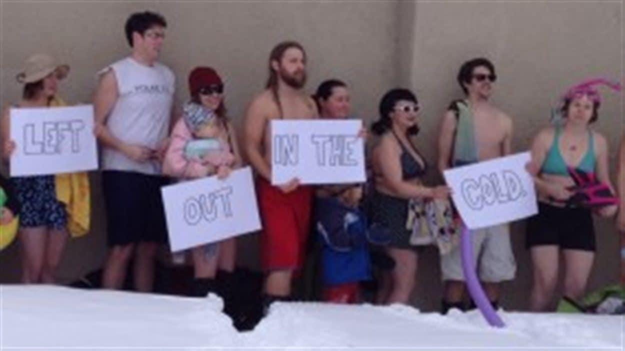 Des manifestants en maillot de bain à la piscine extérieure Maple Leaf de Regina