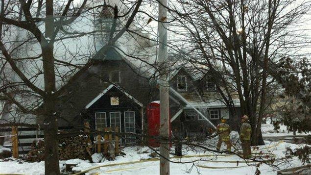 Des pompiers combattent l'incendie à l'ancienne école de rang.