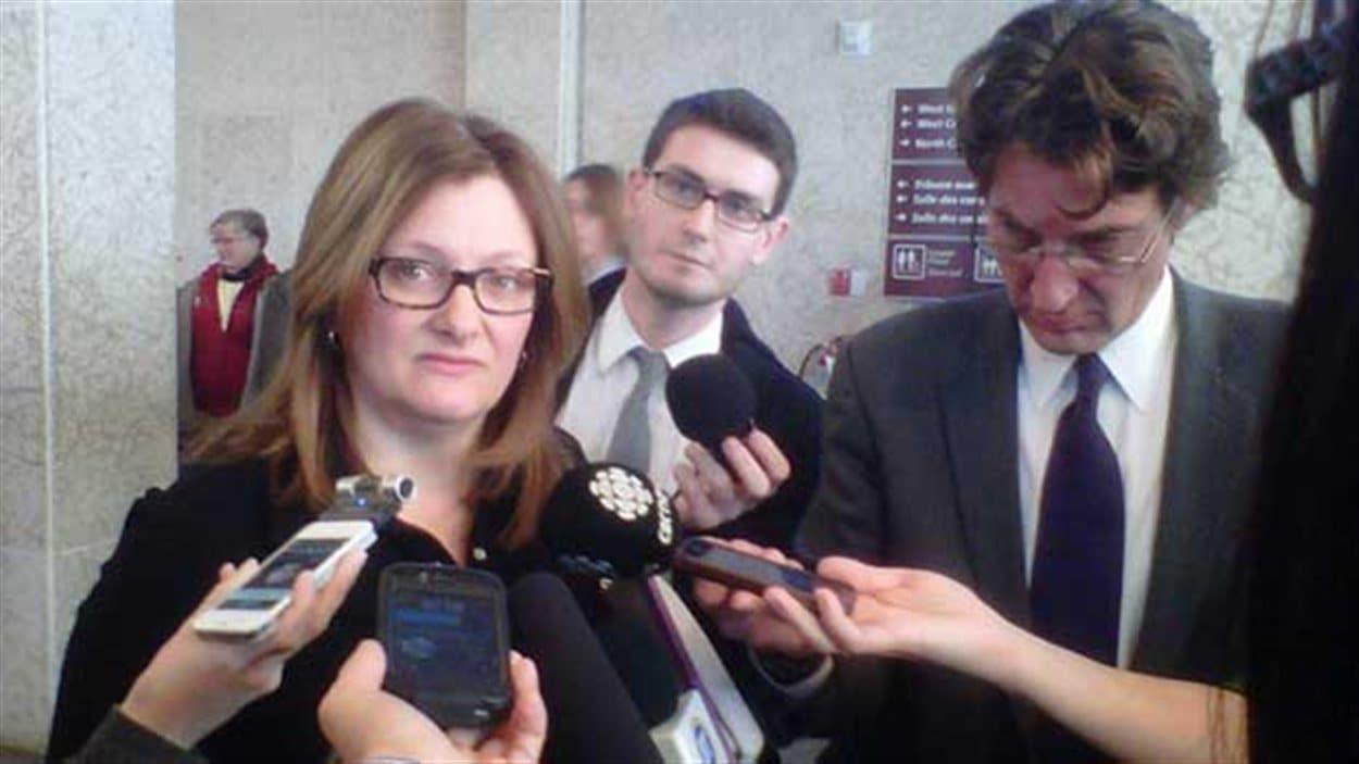 Paula Havixbeck répond aux journalistes qui l'entourent.