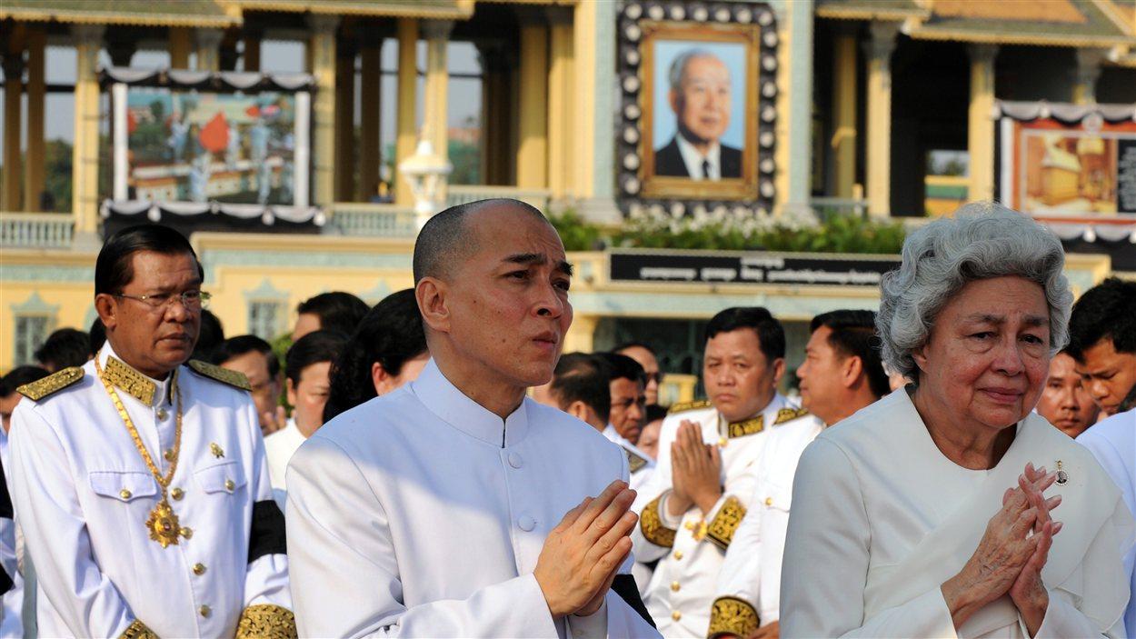 La reine Monique et son fils, le roi Norodom Shiamoni, suivent le cercueil du défunt dans le recueillement.