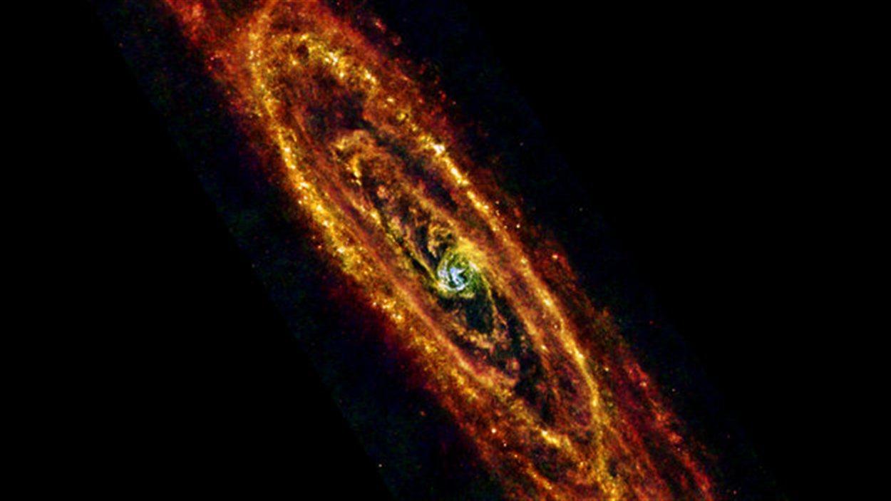 Aussi appelée M31, la galaxie d'Andromède est la grande galaxie la plus proche de notre Voie lactée avec une distance de 2,5 millions d'années-lumière.  Les astrophysiciens s'en servent donc comme un objet d'observation pour étudier la formation d'étoiles et l'évolution d'une galaxie.
