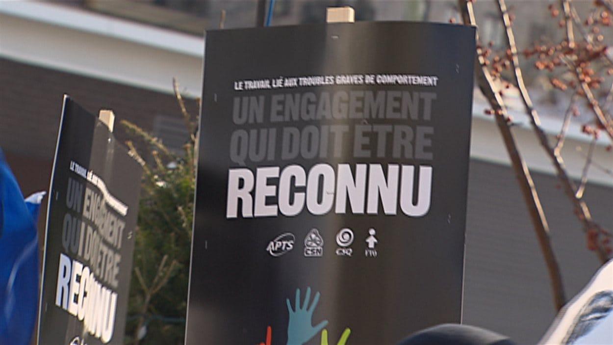 Une pancarte lors de la manifestation de travailleurs qui oeuvrent auprès de clientèles souffrant de troubles importants du comportement.