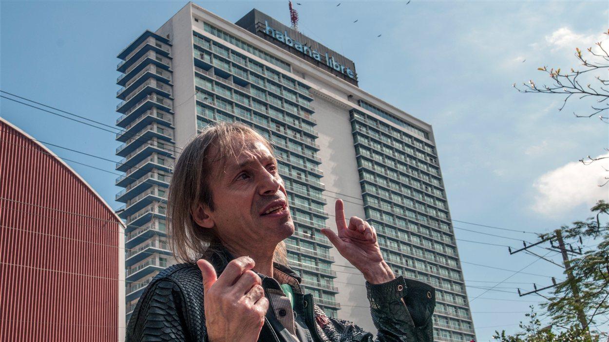 Alain Robert devant l'hôtel Habana libre