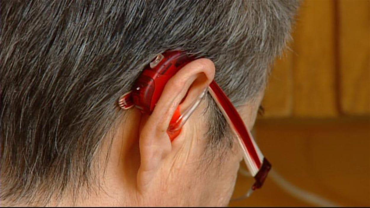 Dans cette image filmée en janvier 2013, on peut voir l'appareil auditif de Linda Pichette, une aînée manitobaine.