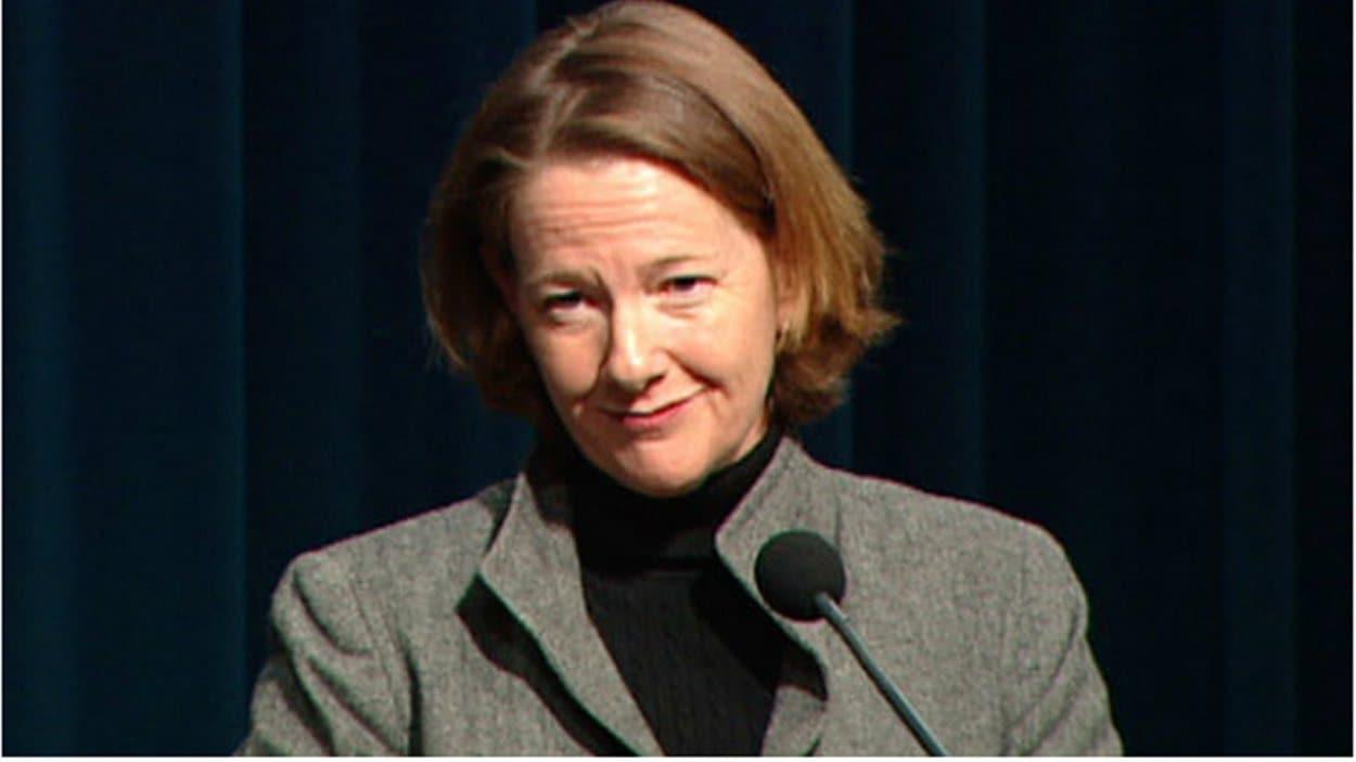 La première ministre de l'Alberta, Alison Redford, s'adresse aux médias en conférence de presse.