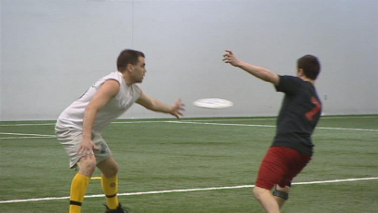 Des joueurs d'ultimate frisbee