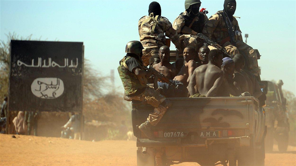 Des soldats maliens arrêtent des suspects qui seraient liés aux rebelles islamistes.