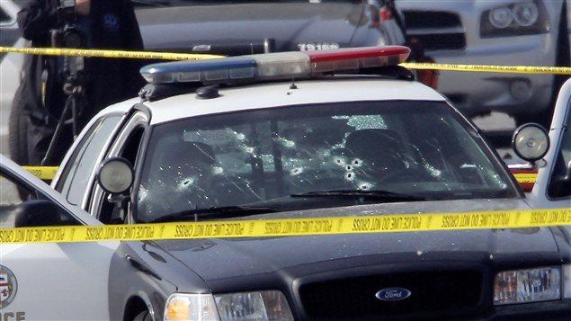 Deux policiers ont été criblés de balles dans leur voiture de patrouille de Los Angeles. Les policiers traquent le présumé auteur de la fusillade, Christopher Dorner.