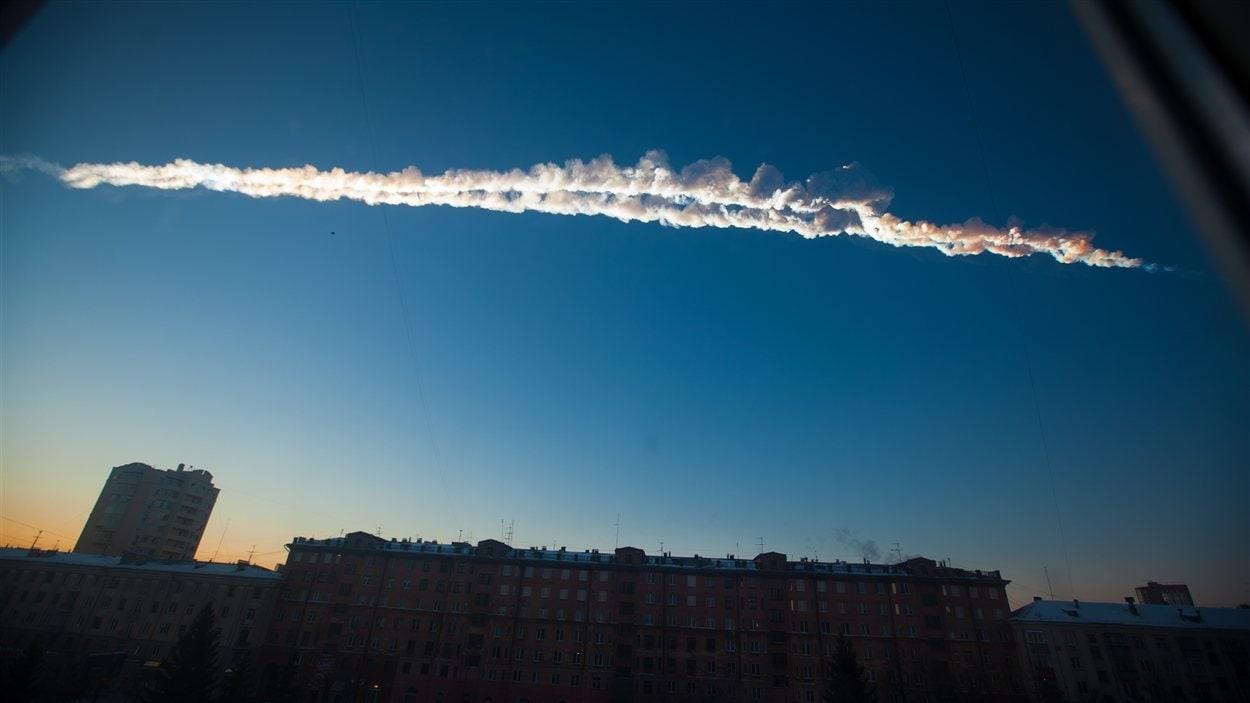 Une traînée de fumée laissée par une météorite dans le ciel de Chelyabinsk, en Russie.