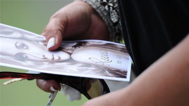 Un proche de Reeva Steenkamp tient le programme de ses funérailles à Port Elizabeth.