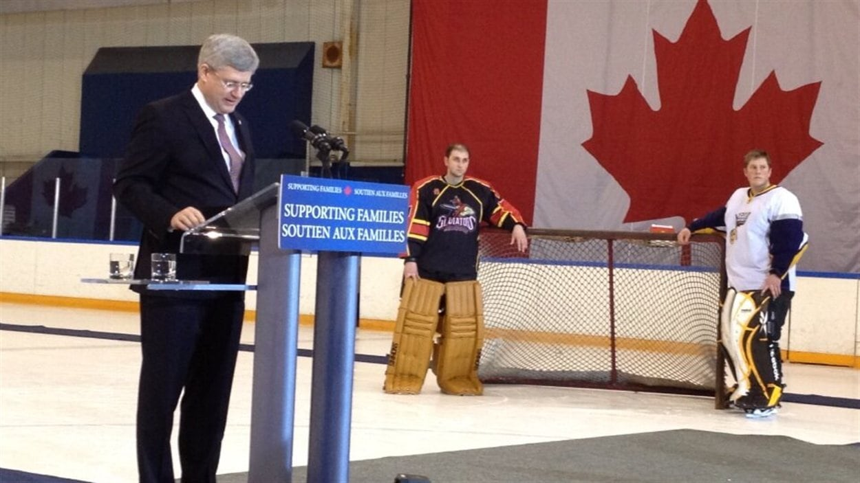 Le premier ministre Stephen Harper annonce un plan de 10 millions de dollars pour doter les arénas à travers le Canada de défibrillateurs, le 21 février 2013 à Saskatoon.