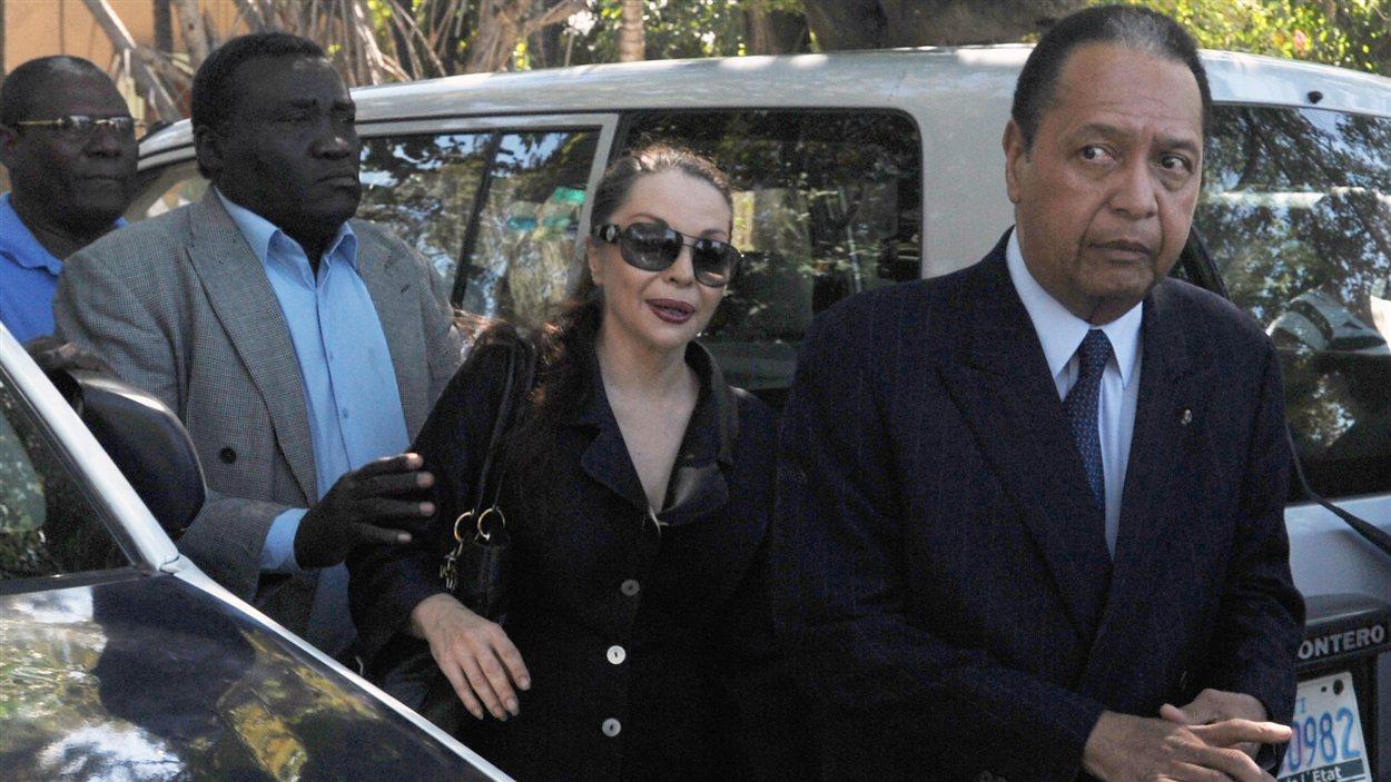 Jean-Claude Duvalier et sa femme Véronique lors de  leur arrivée au palais de justice de Port-au-Prince, mercredi.