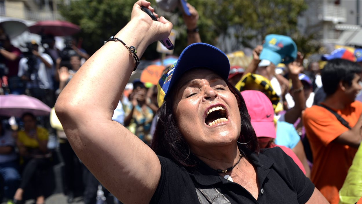 Une femme vénézuélienne manifeste à Caracas, le 23 février.