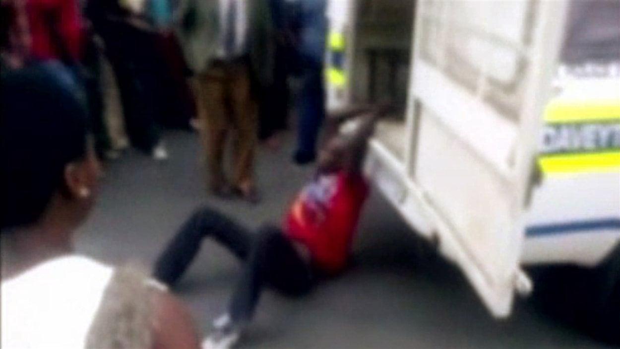 Une image extraite de la vidéo montre l'homme attaché au camion de police.