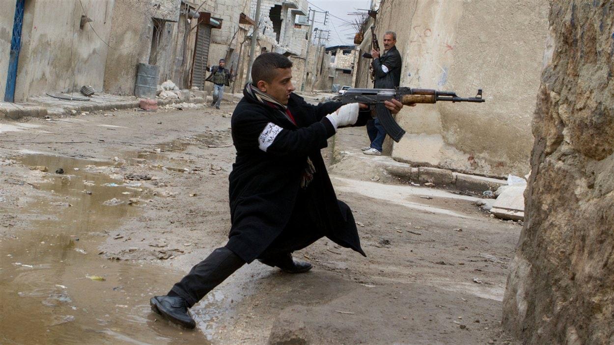 Un rebelle syrien à Alep durant les combats avec les forces gouvernementales le 4 mars 2013.