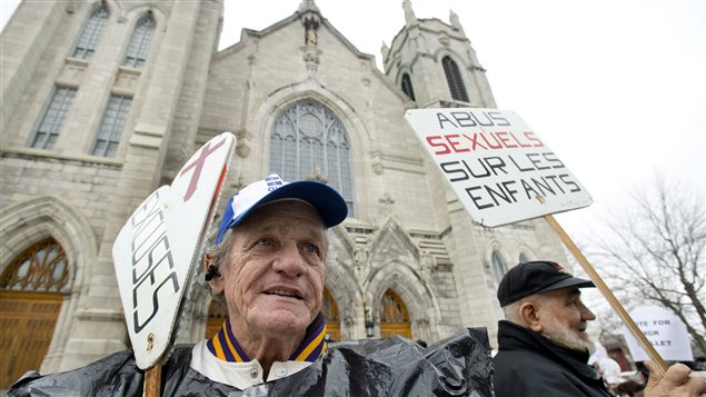 Les manifestants réclament des excuses et des réparations de la part de l'Église.