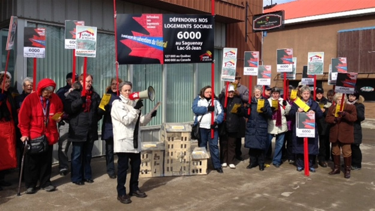Manifestation au bureau du député Denis Lebel à Roberval.