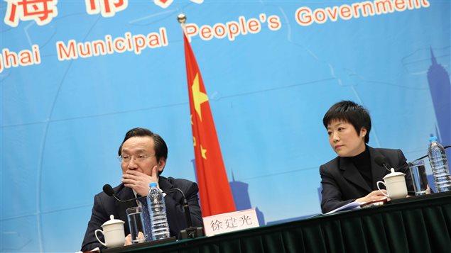Les autorités sanitaires chinoises rencontrent la presse pour faire le point sur la multiplication des cas de grippe aviaire H7N9 chez l'humain.