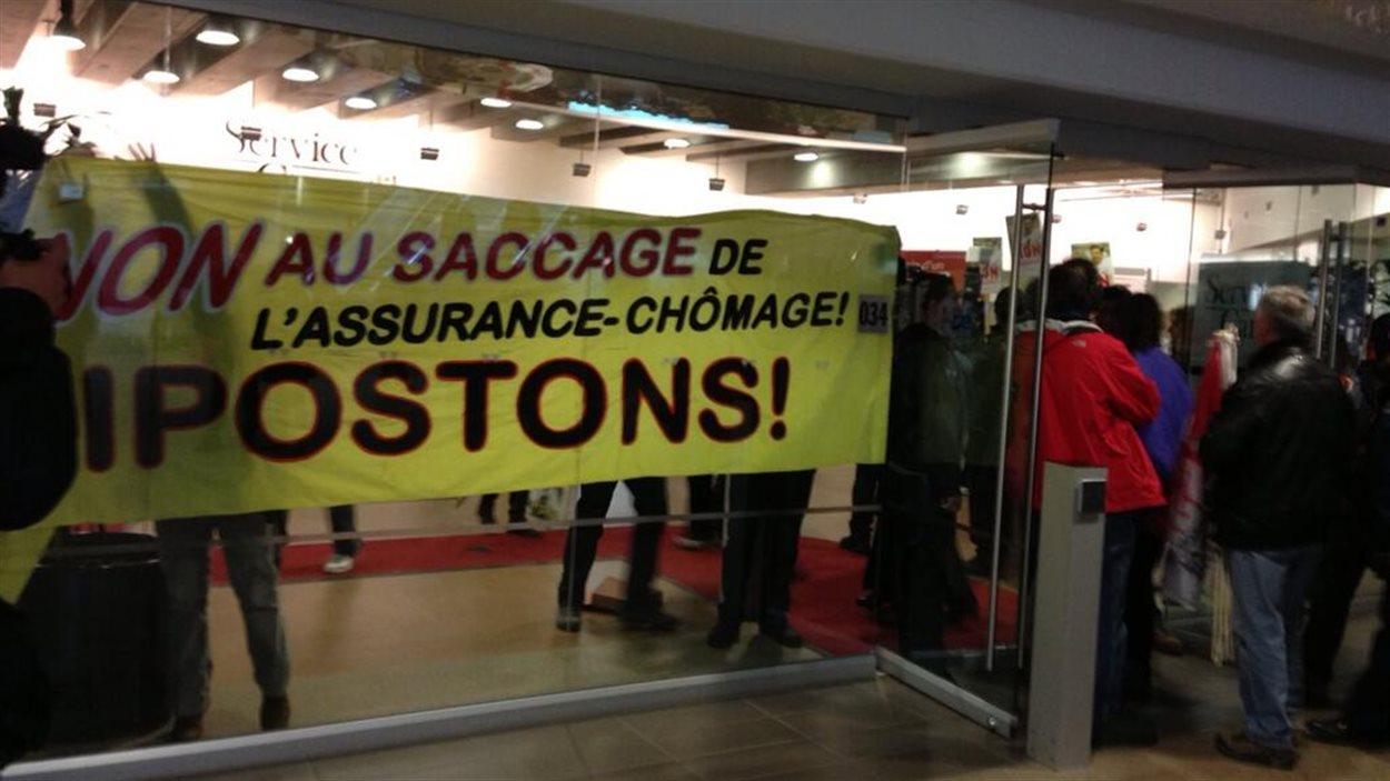 Des manifestants contre la réforme de l'assurance-emploi