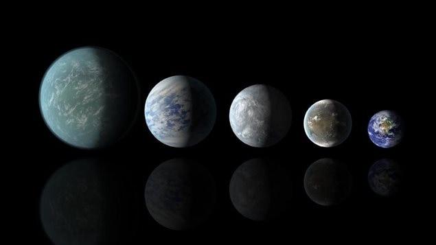 Les planètes d'une taille comparable à la Terre découvertes à ce jour : Kepler-22b, Kepler-69c, Kepler-62e, Kepler-62f, et la Terre. À l'exception de la Terre, ces illustrations sont des représentations artistiques.