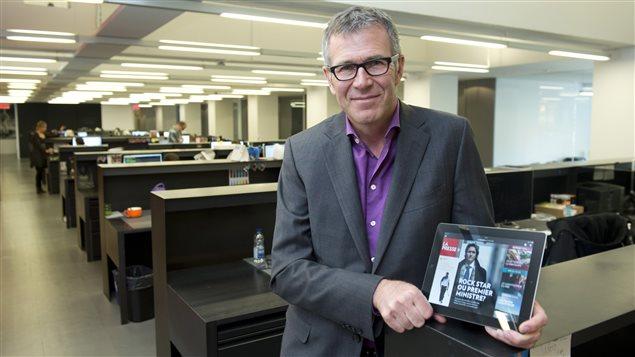 Guy Crevier, président et éditeur de La Presse, présente la version du quotidien conçue spécifiquement pour la tablette tactile.