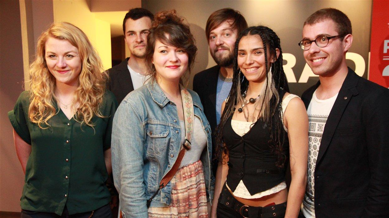 Les Révélations Radio-Canada 2013-2014 : au premier rang, Les soeurs Boulay, Mamzelle et Vincent Fauzer, et au second, Jérôme Beaulieu et William Côté.