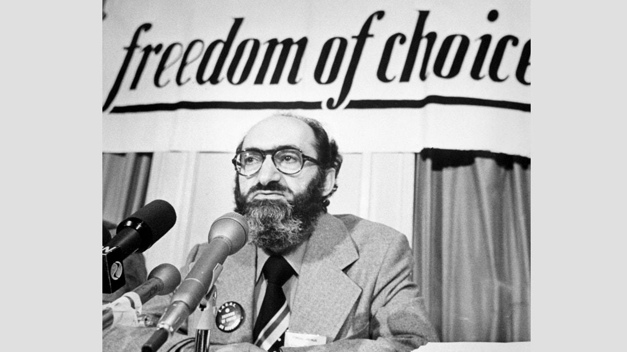 Le Dr. Henry Morgentaler lors d'une conférence de presse à Ottawa, le 10 février 1976.