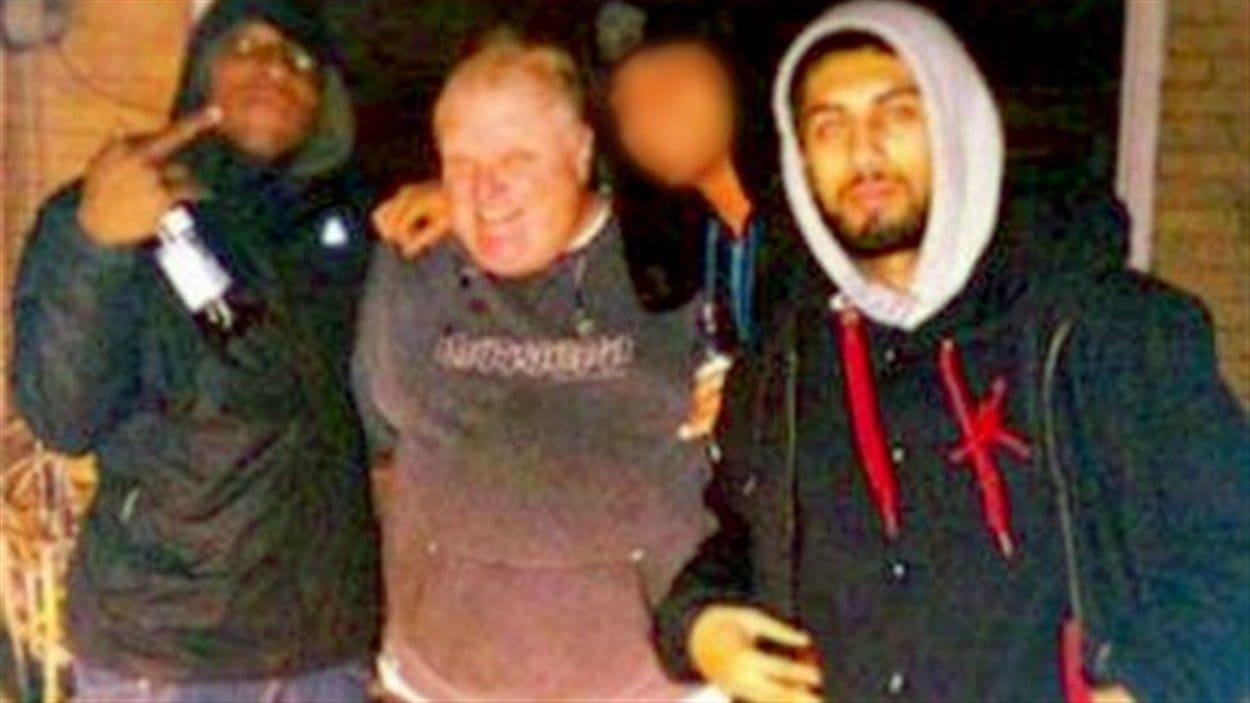 Anthony Smith (à gauche) en compagnie du maire de Toronto, Rob Ford