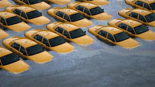 Des taxis sont submergés après le passage de l'ouragan Sandy, à l'automne 2012