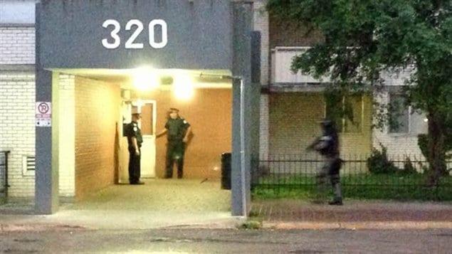 Une perquisition a eu lieu au 320, rue Dixon, à Toronto. L'édifice avait fait les manchettes parce qu'une présumée vidéo d'un homme ressemblant au maire Rob Ford en train de fumer ce qui semblait être du crack y aurait été cachée.